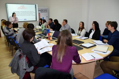 Daniela Peris iz Razvojne agencije KARLA najavljuje prezentaciju tvrtke Logička matrica