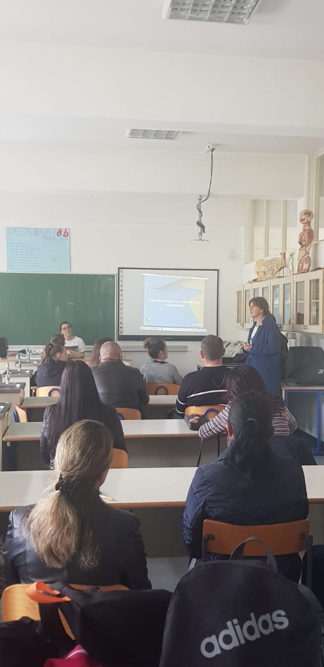 U sklopu projekta P.s.-Pokreni se dana 06.05.2019. održana je prezentacija užeg projektnog tima kao dio aktivnosti promocije deficitarnih zanimanja. Prezentacija je održana u OŠ Vojnić s početkom u 11:30h.  Stručni tim kojeg čine predstavnici projektnih partnera (HZZ, ŽGK Korak, Obrtnička komora Karlovac, Udruga Carpe Diem) i predstavnik privatnog sektora. Prezentacijom su djeca OŠ Vojnić te njihovi roditelji, upoznati sa zanimanjima koja su potrebna na tržištu rada, predstavnica ŽGK Korak pokušala im je ukloniti predrasude o tim zanimanjima kao isključivo muškim, te su od strane predstavnice Udruge Carpe Diem dobili informacije kako im oni mogu pomoći u svemu. Predstavnica Obrtničke komore uputila je prisutne o upisima u škole za deficitarna zanimanja, stipendijama te mogućnostima zarade već tokom školovanja. Prikazan je i video koji na slikovit način prikazuje kako bi svijet izgledao da ne postoje obrtnici i poduzetnici iz sektora ovih zanimanja.  U sklopu prezentacije gost predavač iz privatnog sektora gosp. Dubravko Draganjac, opisao je svoj poslovni put od upisa u školu za jedno od deficitarnih zanimanja do otvaranja danas jednog od najuspješnijeg obrta na području Karlovca. Na kraju prezentacije asistentica projekta zahvalila se prisutnima na dolasku te ih uputila u mogućnostima posjeta proizvodnim pogonima različitim poslodavcima na području Karlovačke županije, koje će biti uskoro organizirano. Djeca su tokom cijele prezentacije aktivno sudjelovala u komunikaciji sa članovima projektnog tima a neki su iskazali i želju za upisom u deficitarna zanimanja. Nakon prezentacije djeci i roditeljima su podijeljene programske brošure o deficitarnim zanimanjima.